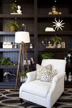Living Room with bookcase & accessories - traditional - family room - san diego - Robeson Design Shelf thickness My Living Room, Home And Living, Living Spaces, Traditional Family Rooms, Traditional House, Modern Traditional, Modern Family, Modern Living, Girls Bedroom