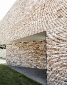 Via thehardt Located in Buggenhout, Belgium, House K by GRAUX by BAEYENS Architecten. The chosen materials include a light brown / beige brick with black aluminum joinery. The edge and the slats in the front are materialized in white aluminum. Architecture Résidentielle, Minimalist Architecture, Brick Facade, Facade House, Stone Facade, Brick Wall, Brick Design, Exterior Design, Rustic Houses Exterior