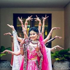 Bridal Photoshoot Indian With Friends 16 Super Ideas Indian Wedding Photography Poses, Wedding Picture Poses, Indian Wedding Photos, Bride Photography, Fashion Photography, Wedding Pictures, Funny Wedding Poses, Group Photography, Photography Ideas