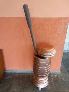 Pilão velho em madeira que resolvi pintar de cobre. Amei o resultado.