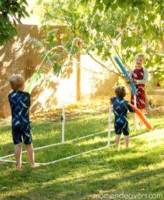Jeux d'eau avec des nouilles de piscines et des tuyaux de PVC