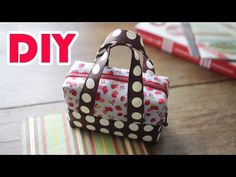 Here is a tutorial to make a lovely mini fabric tote. If you are a fan of mini bags, don't miss this one. This mini tote is perfect to keep such small items Handbag Tutorial, Diy Handbag, Diy Purse, Mini Handbags, Tote Handbags, Pochette Portable Couture, Scripture Bag, Sac Lunch, Bag Patterns To Sew