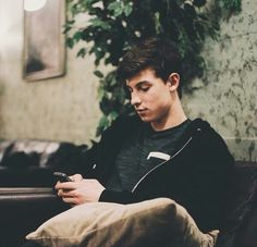 I'm obsessed with literally the randomest pictures of Shawn..