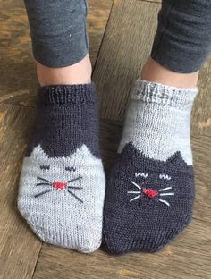 These are two-toned toe-­up ankle socks with a kitty chart. Can make two-­of-­a-­kind for ultra matchiness or use contrasting yarns to make complementary kitties....