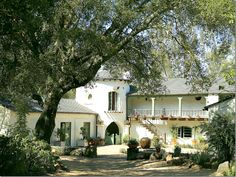 The Ranch at Ojai, restored by Kathryn Ireland, now home to blond actress Reese Witherspoon. The front courtyard sits inside the U shap. Spanish Style Homes, Spanish House, Spanish Colonial, Spanish Revival, Reese Witherspoon House, Shaw House, Front Courtyard, Hacienda Style, Mexican Hacienda