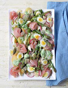 Salată de cartofi noi cu sparanghel, șuncă, ouă și dressing cremos cu verdețuri | Savori Urbane Asparagus, Parmezan, Pasta Salad, Ethnic Recipes, Curly Blonde, Easter, Green, Ham, Crab Pasta Salad