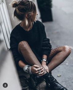 ▷ 1001 visions inspirantes pour adopter le look rock femme Look Fashion, Street Fashion, Autumn Fashion, Fashion Outfits, Womens Fashion, Fashion Trends, 90s Fashion, Rock Style Fashion, Fashion Tights