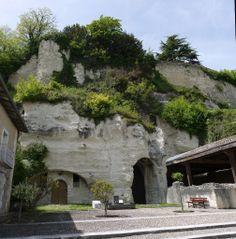 Entrée de l'église monolithe Saint Jean à Aubeterre sur Dronne
