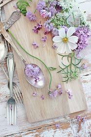Nå er det stor blomsterglede i hagen om dagen....og jeg gleder meg over hver og en ! Spesielt er det ekstra stas når pionene slår ut....f...