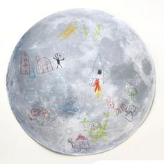 Maak een tekening op de maan! Dit gave template print is helemaal gratis en kan je zelf uitprinten. De kids kunnen helemaal los met hun eigen maan tekening.