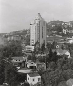 The Sunset Tower Hotel is now was of the nicest places to stay on the Sunset Strip but it was originally an apartment building. I love how this 1932 photo shows how the area around Sunset Boulevard was still largely residential. Hollywood Hills, West Hollywood, Hollywood California, Garden Of Allah, Art Nouveau, Pasadena City Hall, California History, Southern California, Vintage California