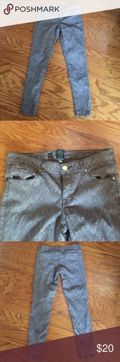 Mossimo Ankle Skinny Jeans EUC - These cute raised pattern jeans are like new. They have zippers at the back of your ankles. No rips or stains, worn once. Smoke-free home. Last picture truest to color. Mossimo Supply Co Jeans Ankle & Cropped