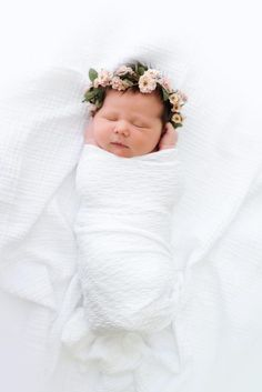 Don't miss to take photos of precious moments of your newborn baby girl. Here are Cute Newborn Photos for Baby Girl Ideas for you. Foto Newborn, Newborn Shoot, Baby Girl Newborn, Newborn Pictures, Baby Pictures, Baby Photos, Infant Photos, Bebe Love, Baby Flower Crown