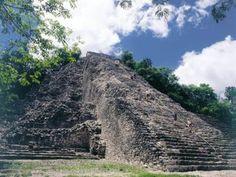 Cobá Encuentro Maya. Conocerás la riqueza del Mundo Maya mientras escalas la Nohoch-Mul, la pirámide más alta de la península y convives con los mayas de hoy.