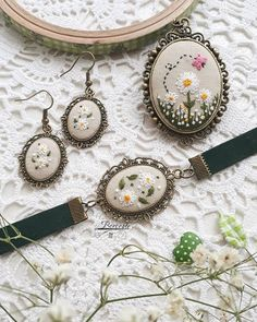 This post was discovered by Sa Embroidery On Clothes, Embroidery Jewelry, Hand Embroidery Patterns, Ribbon Embroidery, Embroidery Art, Beading Patterns, Cross Stitch Embroidery, Handmade Jewelry Tutorials, Polymer Clay Embroidery