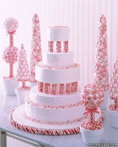 Candy-cane themed cake display, by Martha Stewart. This Christmas is going to be the cutest Christmas ever ^_^.
