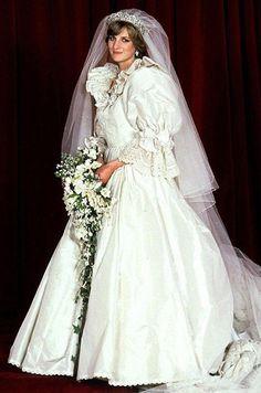 31 августа 2017 года исполнится ровно 20 лет со дня трагической гибели принцессы Дианы. Но и спустя два десятилетия жизнь «королевы сердец» по-прежнему остается предметом для обсуждения и споров. Как, впрочем, и ее модные образы, многие из которых будут актуальны и сегодня.
