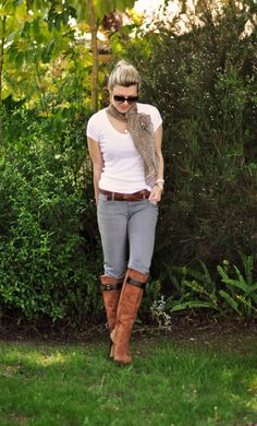 white shirt with gray jeans, boots, & scarf (uno de color) Fall Outfits, Cute Outfits, Fashion Outfits, Boot Outfits, Brown Boots Outfit, Animal Print Jeans, Plus Size Fashionista, Classy Casual, White T