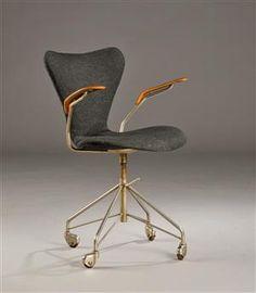 Køb og sælg moderne, klassiske og antikke møbler - Arne Jacobsen. Kontorstol model 3217 med teak armlæn - DK, Herlev, Dynamovej
