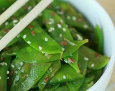 Asian snow pea salad: www.fourchette-and … by arnaudcass Healthy Diet Recipes, Healthy Eating Tips, Vegetarian Recipes, Greek Recipes, Asian Recipes, Fall Recipes, Wine Recipes, Macro Meals, Greek Cooking
