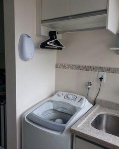 Lavanderia com aéreo e cabides Laundry Decor, Laundry Room Storage, Laundry Room Design, Storage Room, Hidden Laundry, Small Laundry Rooms, Interior Design Living Room, Living Room Designs, Smelly Laundry