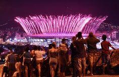 Nézik tűzijáték robbant át a stadion, a Mangueira favela.