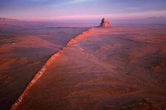 Felsformation Shiprock mit Ausläufern im Navajo-Volcanic-Field, US-Bundesstaat New Mexico