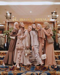 Casual Hijab Outfit, Hijab Chic, Muslim Fashion, Hijab Fashion, Fashion Outfits, Look Fashion, Teen Fashion, Hijabi Gowns, Kebaya Hijab