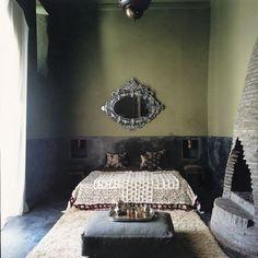 Chambre, murs en tadelakt vert foncé et noir, deux niches, tapis en laine, couverture à paillettes