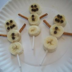 Make a frosty friend who won't melt with these adorable Banana Snowmen on a Stick! These silly, smiling snowmen are easy healthy snacks and edible Christmas crafts for kids to make during the winter holidays! Preschool Christmas, Christmas Snacks, Christmas Crafts For Kids, Holiday Treats, Holiday Recipes, Christmas Snowman, Cute Food, Good Food, Yummy Food