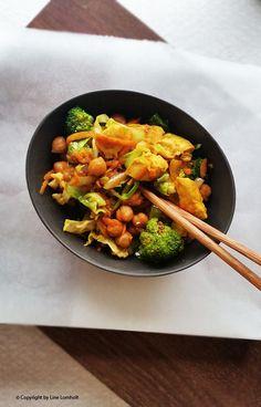 Grøntsagswok med kikærter og kylling