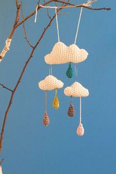 Wolkenmobile häkeln <b>Wolkenmobile für Regentage</b> <p><b>Sie brauchen:</b><br> Wolle in Weiß und beliebigen Farben: mLauflänge 120 m/50 g, Häkelnadel Nr. 4,5 für die Wolken, Häkelnadel Nr. 3,5 für die Tropfen, Füllmaterial </p><p><b>1.</b> Es wird rundherum in festen Maschen gehäkelt. Da das Muster wegen der dreidimensionalen Form der Wolken keinen klaren Runden folgt, ist es in einzelne Schritte aufgeteilt. Es ist kein Rundenzähler nötig. Man muss jedoch sorgfältig mitzählen…