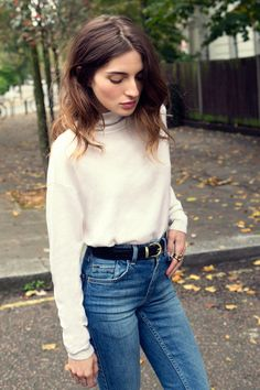 #MaríaValverde sticks to the basics in a turtleneck and high waisted denim.