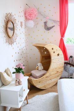 20 chambres d'enfants qu'on aurait adoré avoir. Une déco de chambre de bébé pleine d'étoiles  pour des nuits paisibles. Un siège balancelle lune pour jouer et rêver.
