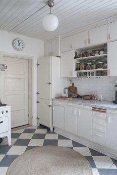 Diagnoosi:sisustusmania: Keittiö Kitchen Dining, Kitchen Cabinets, Dining Room, House Rooms, Vintage Kitchen, Laundry Room, Sweet Home, Farmhouse, Inspiration