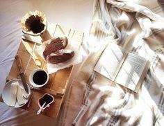 Bom dia :) Assim vale a pena acordar! . Credits to  @soosy___77 . Mais sobre literatura no e-book gratuito que pode descarregar a partir do link na nossa bio @blogmundodelivros . #goodmorning#morning#iyisabahlar#iyigunler#morninglikethese#onmybed#sabahkahvesi#morningperson#morningcoffee#sun#kitap#kitaplar#oku#okuyorum#books#booklovr#instabook#instakitap#instacoffee#bookgram#coffeegram#bookworm#booknerd#breakfast#kahvalti#kahve#booksandbeans