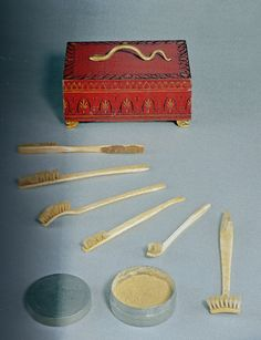 Dental hygiene set of Duchess Louise of Mecklenburg-Strelitz (1776-1810), wife of Frederick William III. of Prussia, ca. 1810. One brush for every tooth (almost)!