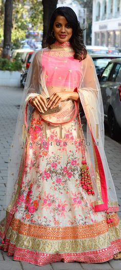 creamn-pink floral lehenga with delicate jumkas Floral Lehenga, Red Lehenga, Lehenga Choli, Anarkali, Bridal Lehenga, India Fashion, Ethnic Fashion, Asian Fashion, Indian Attire