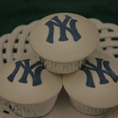 favorite team new york yankees / NY Yankees cupcakes! Yankee Cake, Yankees Baby, Energy Snacks, Betty Crocker, Cupcake Cakes, Fondant Cupcakes, Cupcake Ideas, New York Yankees, Birthday Parties