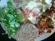 Retomando la dieta, desayuno saludable Thins integral con tortilla (sin yema) de pimientos y ajo, canonigos y manzana con granada