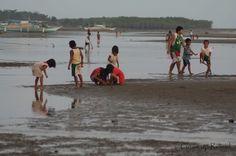 Kinderen in Donsol zoeken krabbetjes #Filipijnen | #Donsol | #backpacken