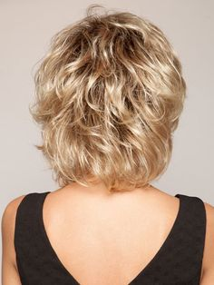 Shorter crown layers add lift and volume   Color: SS14/88 #MediumHairStylesForThickHair Short Shag Hairstyles, Short Layered Haircuts, Easy Hairstyles, Curly Hair Cuts, Short Hair Cuts, Curly Hair Styles, Short Hair With Layers, Hair Dos, Fine Hair