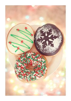 Christmas-themed food with bokeh lights. Christmas Shots, Christmas Donuts, Christmas Colors, All Things Christmas, Christmas Diy, Merry Christmas, Chocolate Donuts, Donut Shop, Donut Recipes