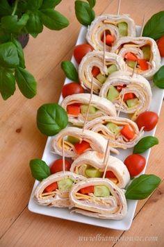 Przekąska z tortilli Snack Recipes, Healthy Recipes, Appetisers, Tortellini, Party Snacks, Caprese Salad, Finger Foods, Tapas, Catering