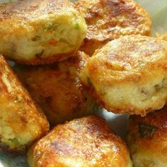 Delicious mashed potato puffs that are crispy on the outside and soft, creamy and cheesy on the inside. Fried Potato Cakes, Fried Potatoes, Mashed Potatoes, Leftover Potatoes, Mashed Potato Puffs Recipe, Puff Recipe, Potato Dishes, Potato Recipes, Vegetable Dishes