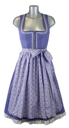 Dieses traumhafte Baumwoll Designer Dirndl Palina von Julia Trentini besticht durch seine Einzigartigkeit und wunderschönen Farbgebung in lila. Das freche Dirndl verzaubert uns durch die abgesetzten Paspeln und den farblichen Zackenlitzen am Ausschnittbereich. [Unser Preis: 329,00€]
