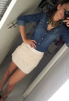 White lace skirt w/denim shirt Clothes Casual Outift. If I had a lace skirt. Rodeo Outfits, Casual Outfits, Summer Outfits, Cute Outfits, Look Camisa Jeans, Looks Style, My Style, Pull Gris, Look 2015