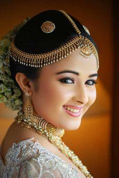 Kandyan wedding make up - Sri Lanka Beautiful Indian Actress, Beautiful Bride, Beautiful Places, India Beauty, Asian Beauty, Indian Designer Wear, Cute Faces, Indian Girls, Bridal Make Up