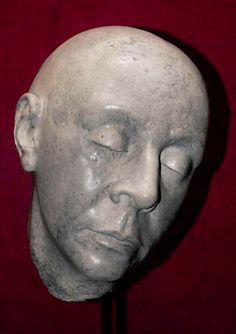 Escultura realizada con pasta de papel reciclado.