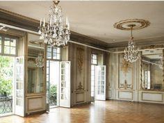 Cet hôtel particulier est un espace exclusif sur deux étages, avec un jardin de 350 m2 duquel vos invités pourront profiter s'une vue sur la Tour Eiffel et la Seine.
